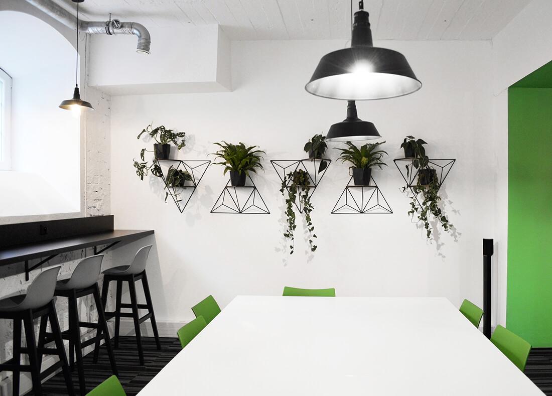 Projekt wnętrza jadalni, strefa zielona ze stołem barowym i duzym stołem