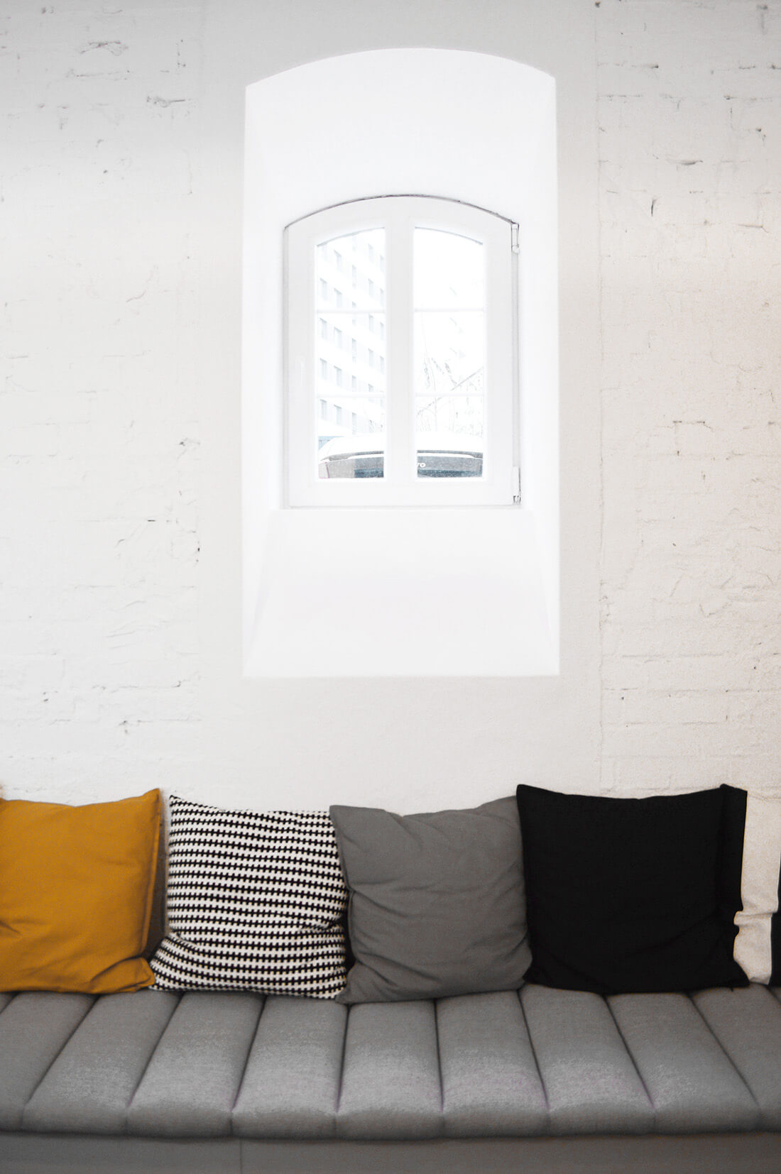 Siedzisko z kolorowymi poduszkami w strefie jadalni